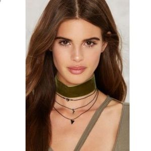 B46 More or less layered choker